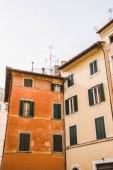 vista inferiore di vecchi edifici arancioni a Roma, Italia