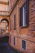 Fotografia arco e parete di vecchia costruzione a Roma, Italia