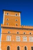 Fotografia vista inferiore di edificio arancione e blu cielo a Roma, Italia