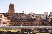 Blick auf gebäude aus ruinen des römischen forums in rom, italien