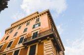 Fotografia vista inferiore di un edificio a Roma arancione