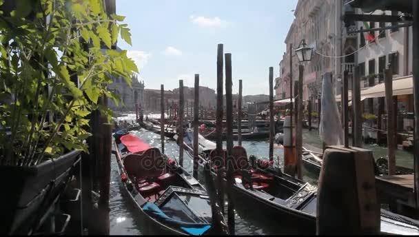Venice, Olaszország. gondolák lehorgonyzott egy csatorna c