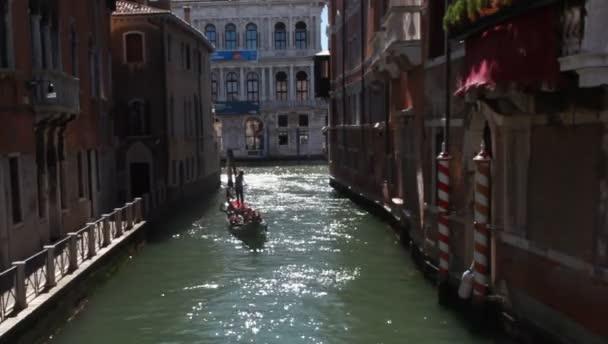 Benátky, Itálie. Gondola podsvícení v malých kanál