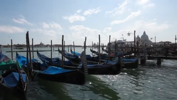 Venice, Olaszország. gondolák rögzítve, a san marco tér b
