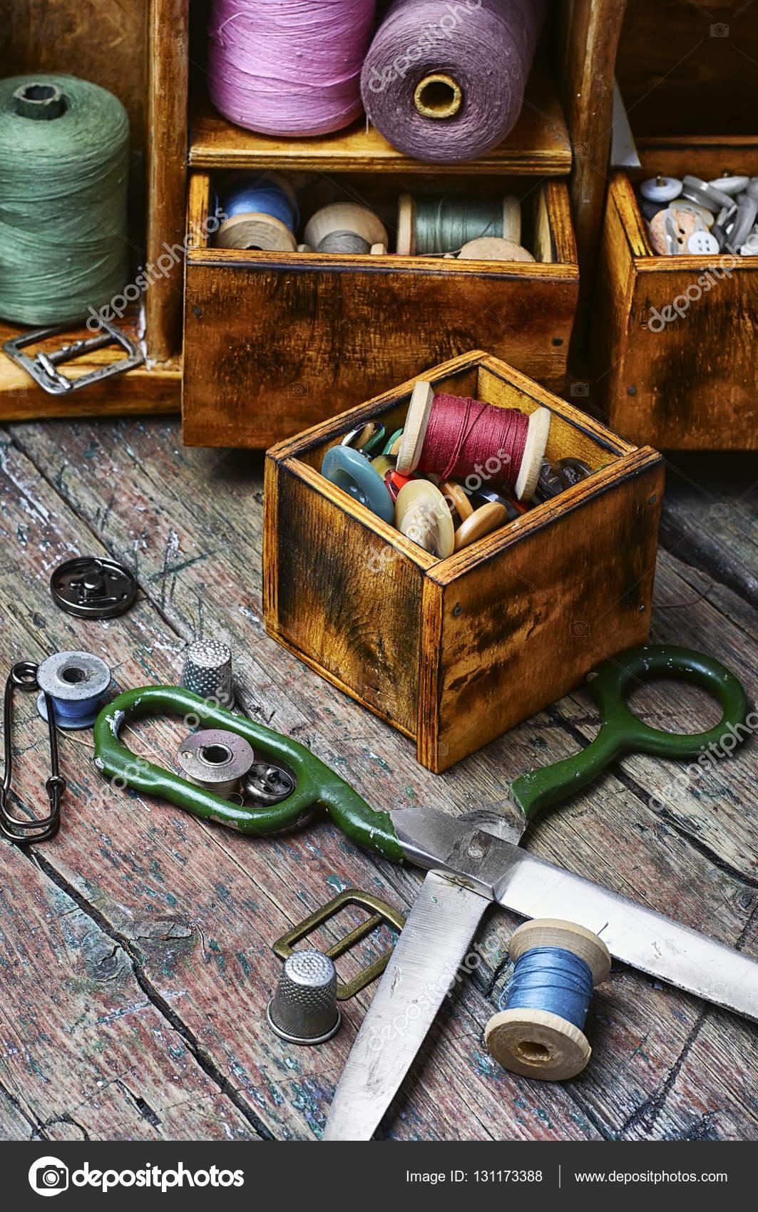 schrank mit fäden und knöpfe — stockfoto © nikolay_donetsk #131173388