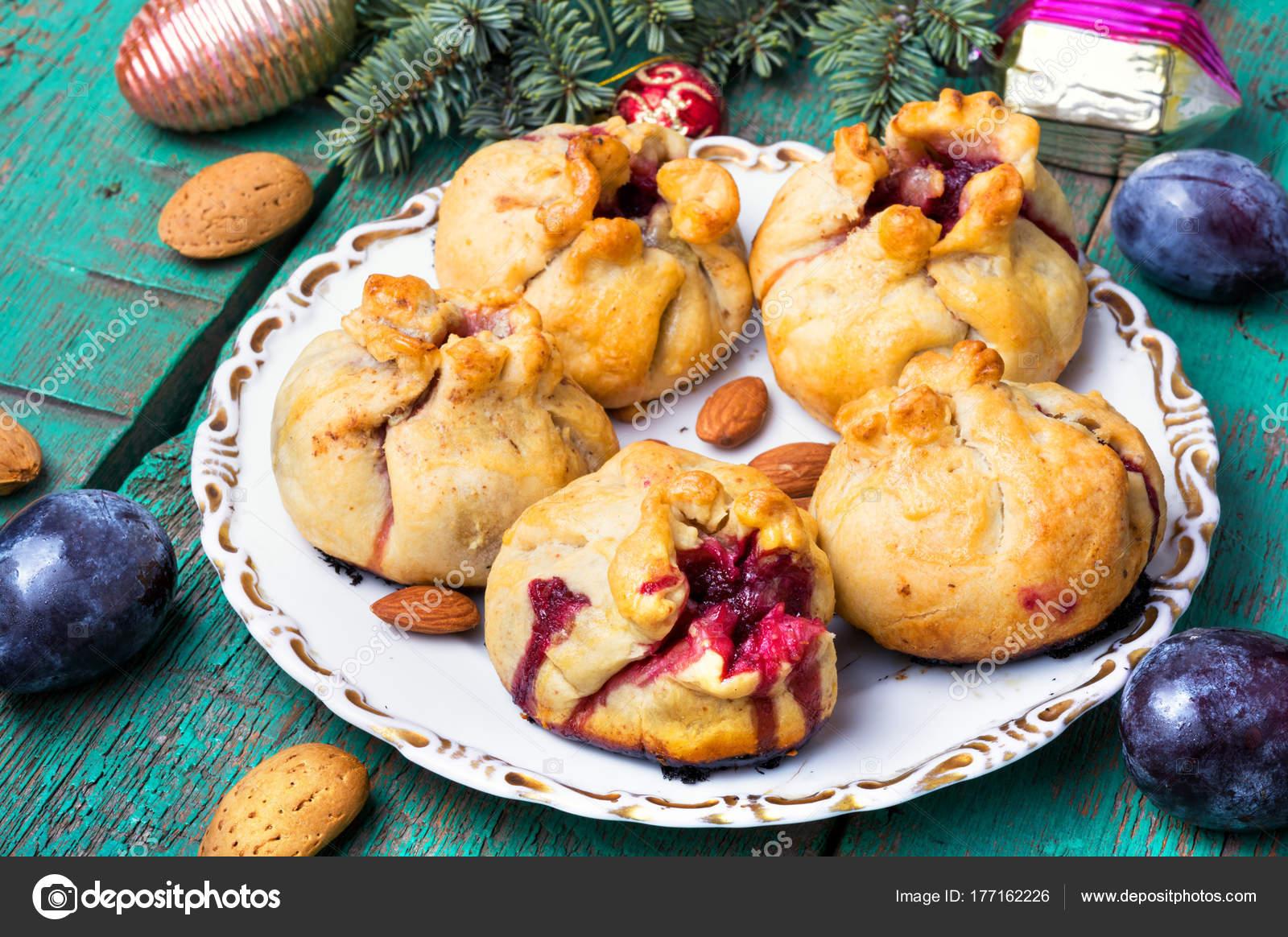 Brötchen Tannenbaum.Weihnachten Mit Pflaumen Gebacken Stockfoto Nikolay Donetsk