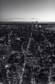 Černá a bílá výhled na Manhattan centrum s mrakodrapy v twilight, New York City, Usa