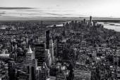 Černá a bílá pohled na centrum panorama Manhattanu a mrakodrapy v twilight, New York City, Usa
