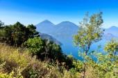 Vista panoramica del Lago Atitlan e vulcani negli altopiani del Guatemala