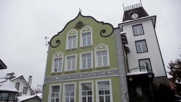 Belles façades de maisons en hiver