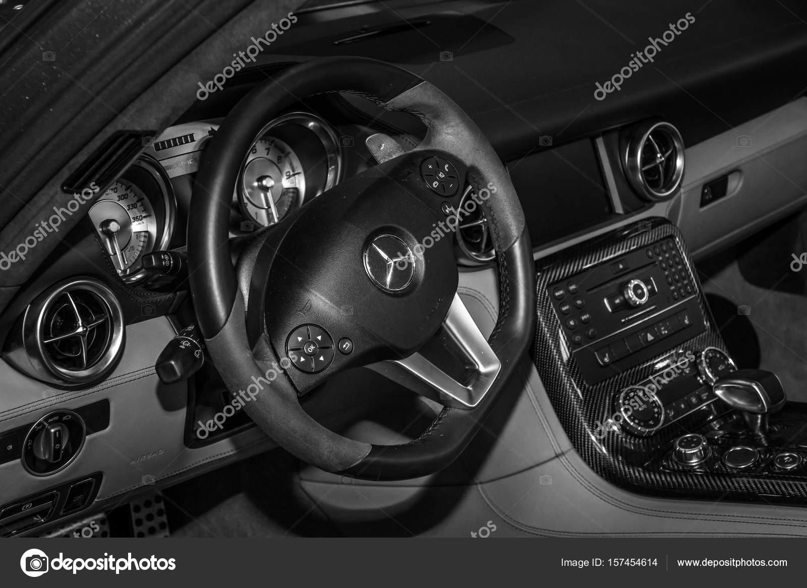 https://st3.depositphotos.com/1705215/15745/i/1600/depositphotos_157454614-stockafbeelding-interieur-van-de-sportwagen-mercedes.jpg