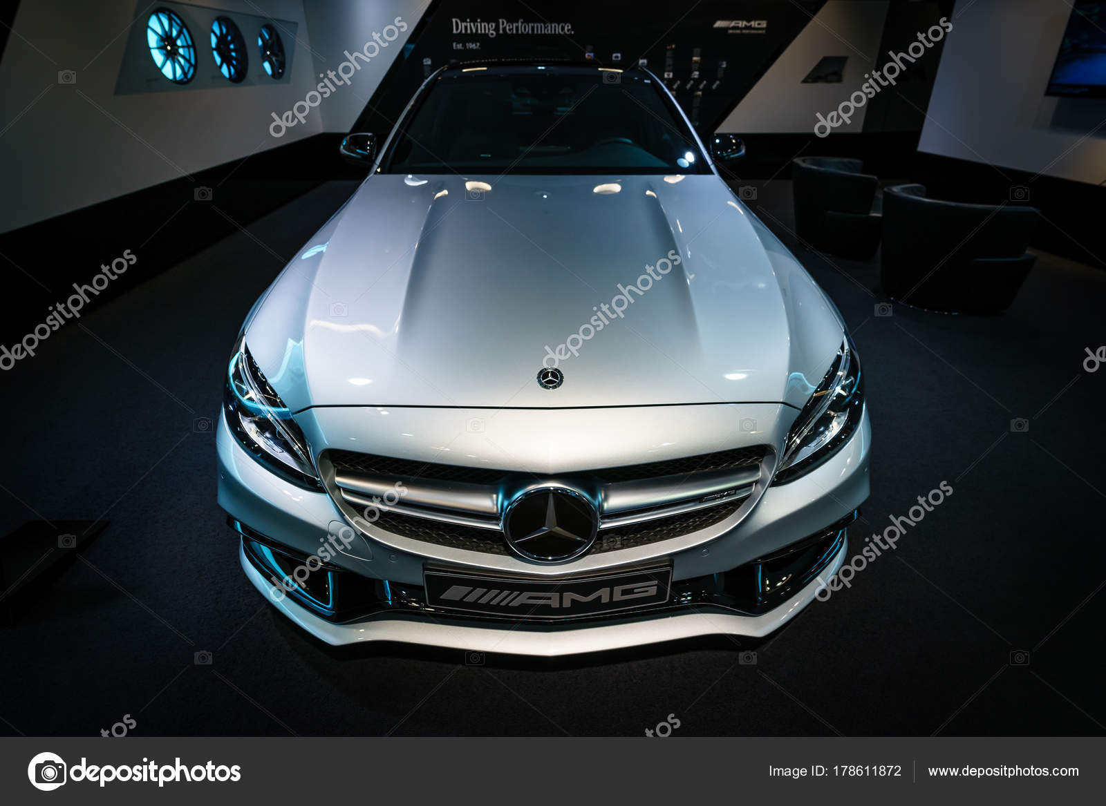 berlin dezember 2017 showroom mittelklasse pkw mercedes benz klasse