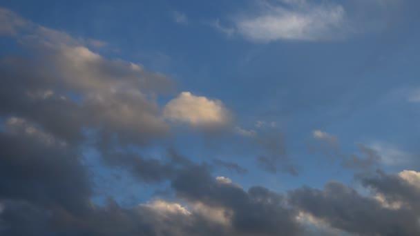 Pohybující se mraky na obloze při západu slunce. Přírodní pozadí