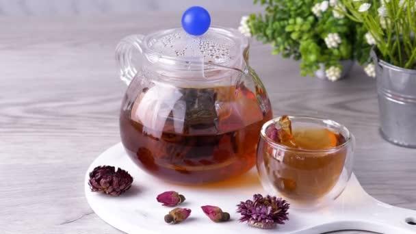 Šálek čaje na stole. Horký nápoj.