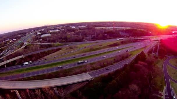 auta na dálnici a západ slunce
