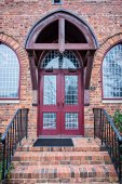 Photo wooden door and entrance to an old brick church
