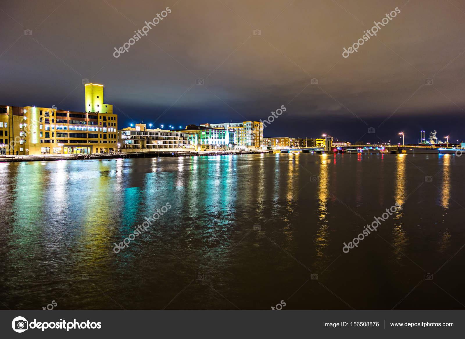 Horizonte no centro da cidade wisconsin Green bay à noite — Stock ...
