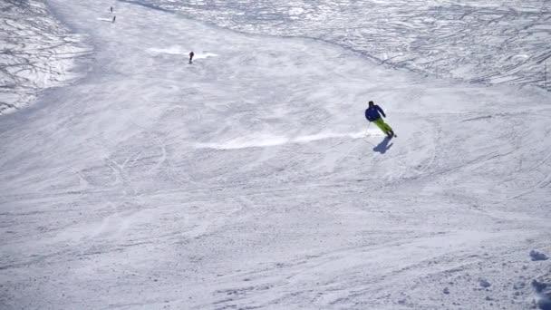 Skifahrer fahren Skigebiet