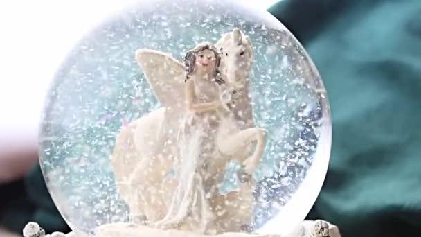 sněhová koule jednorožec elf zimní