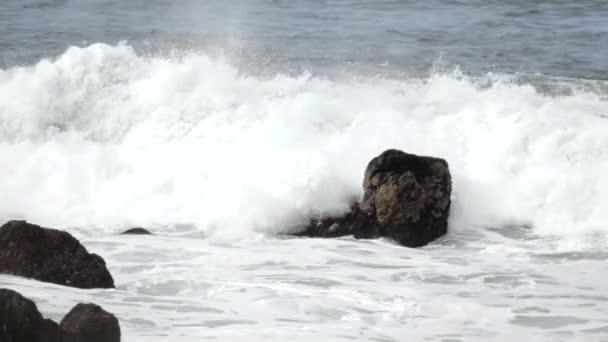 vlny oceánu moře stříkající vodě surfovat