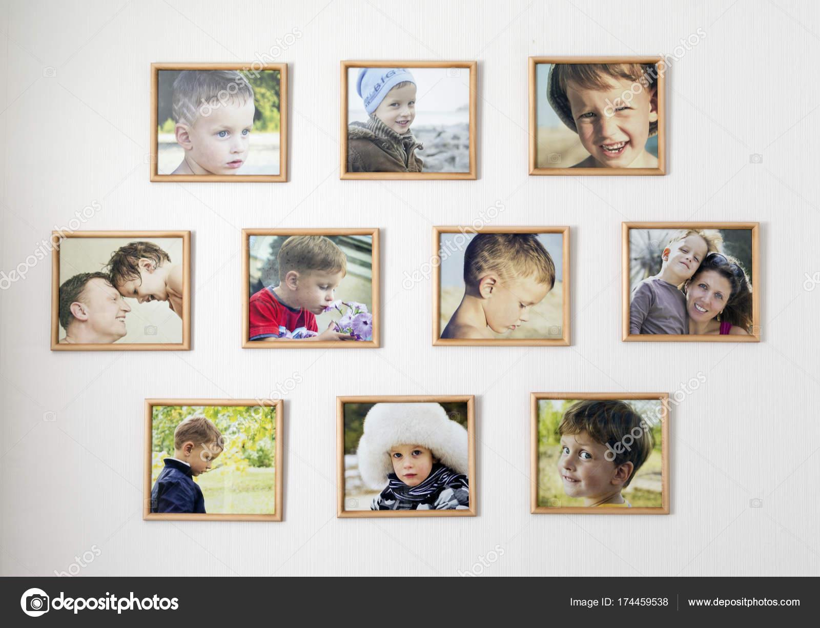 Pared blanca con fotos de la familia en marcos de la foto. Concepto ...