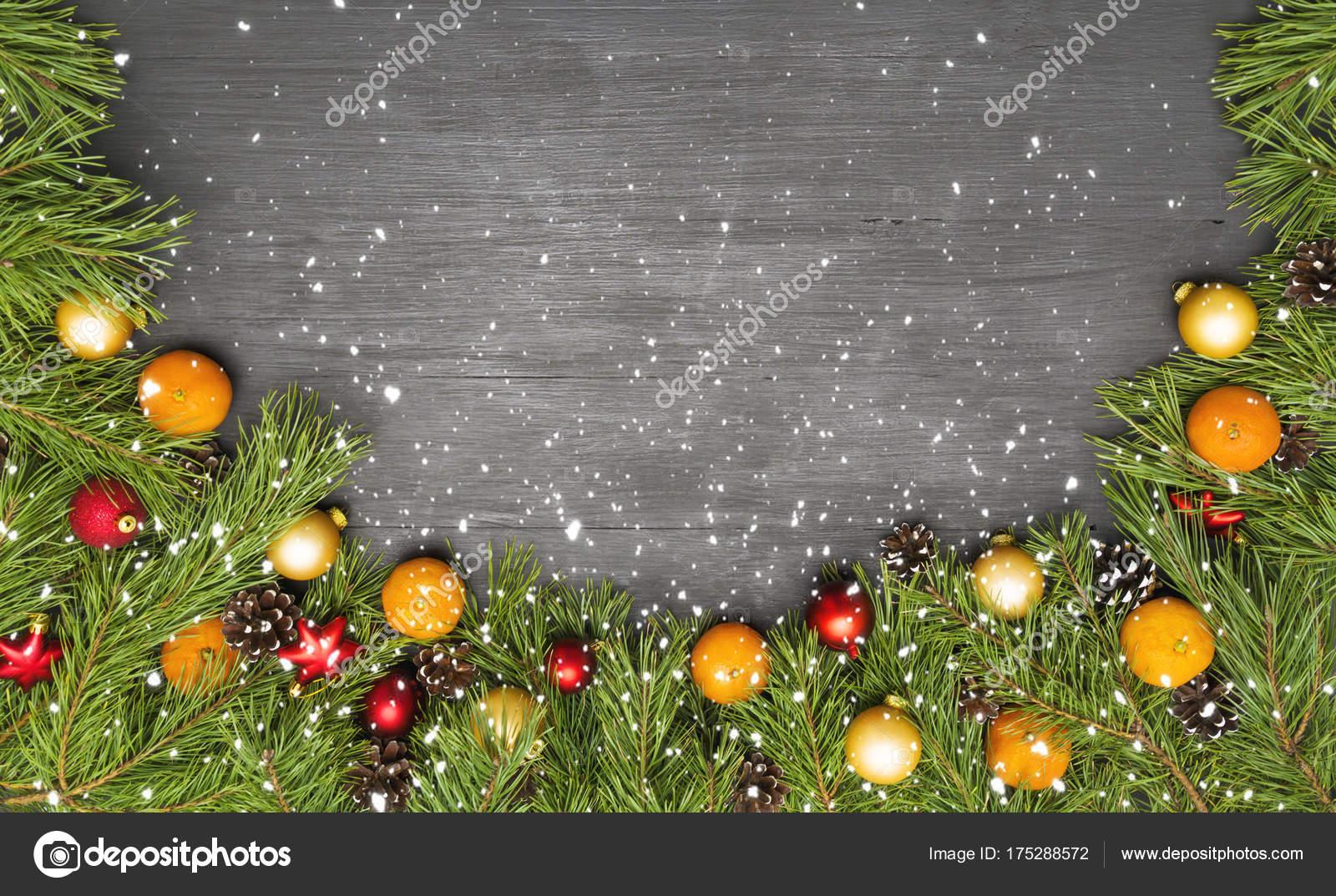 Feestdagen Natuurlijke Kerstdecoratie : Kerst slinger met natuurlijke pijnboomtakken ballen mandarijn op