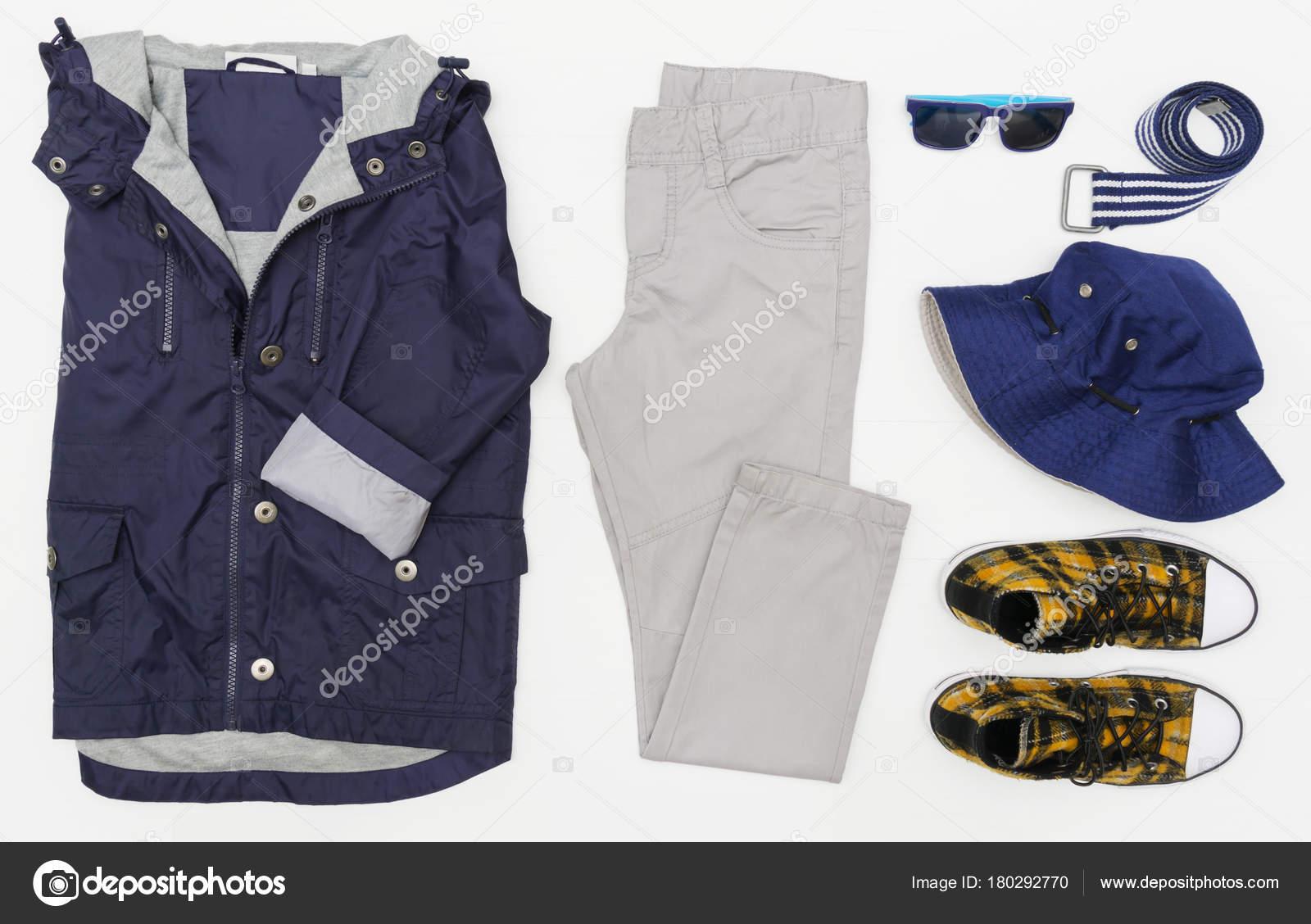 88b6201d0d435 Vue de dessus fashion look branché de vêtements d enfants. Fashion Kids.  Printemps