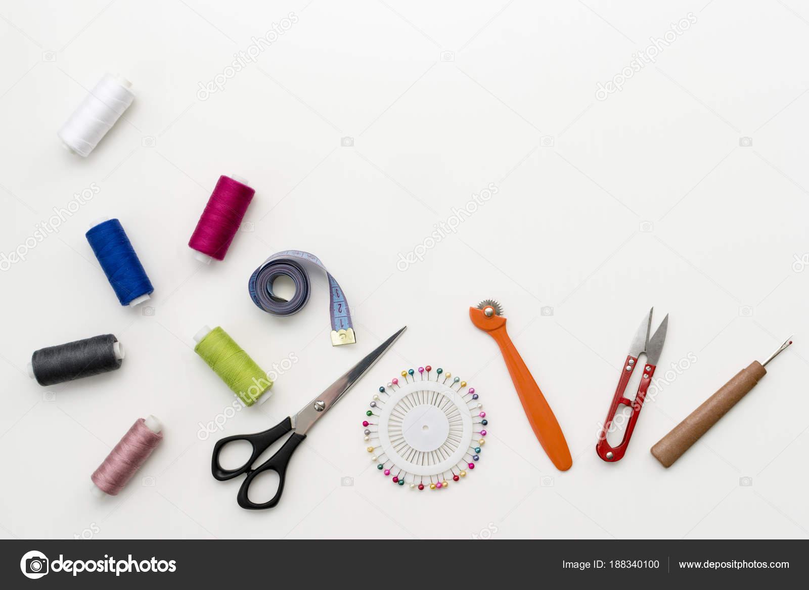 Schneider Schreibtisch. Muster von Nähzubehör und Tools auf weißem ...