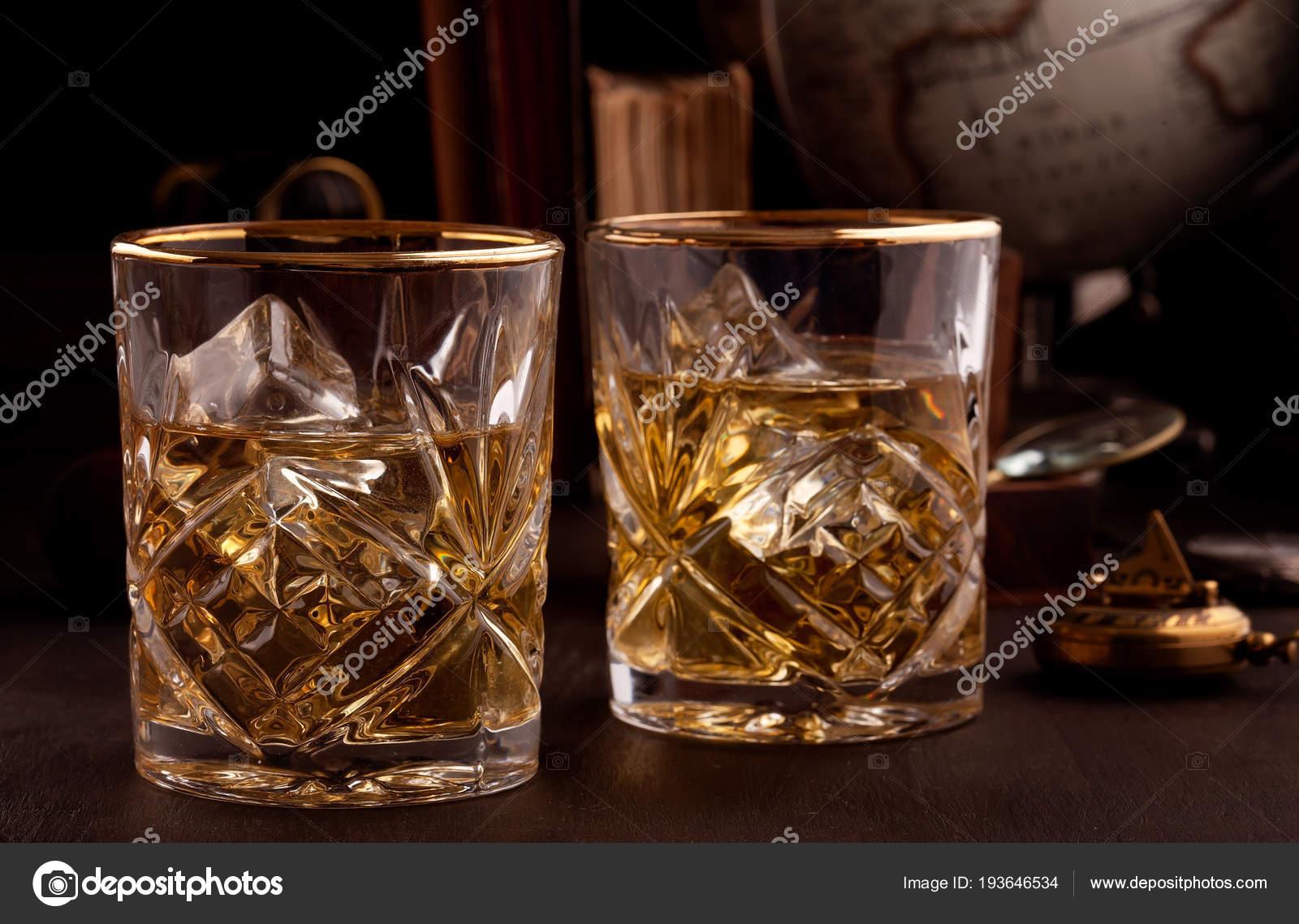 Twee glazen van whisky bibliotheek tafel u stockfoto netrun