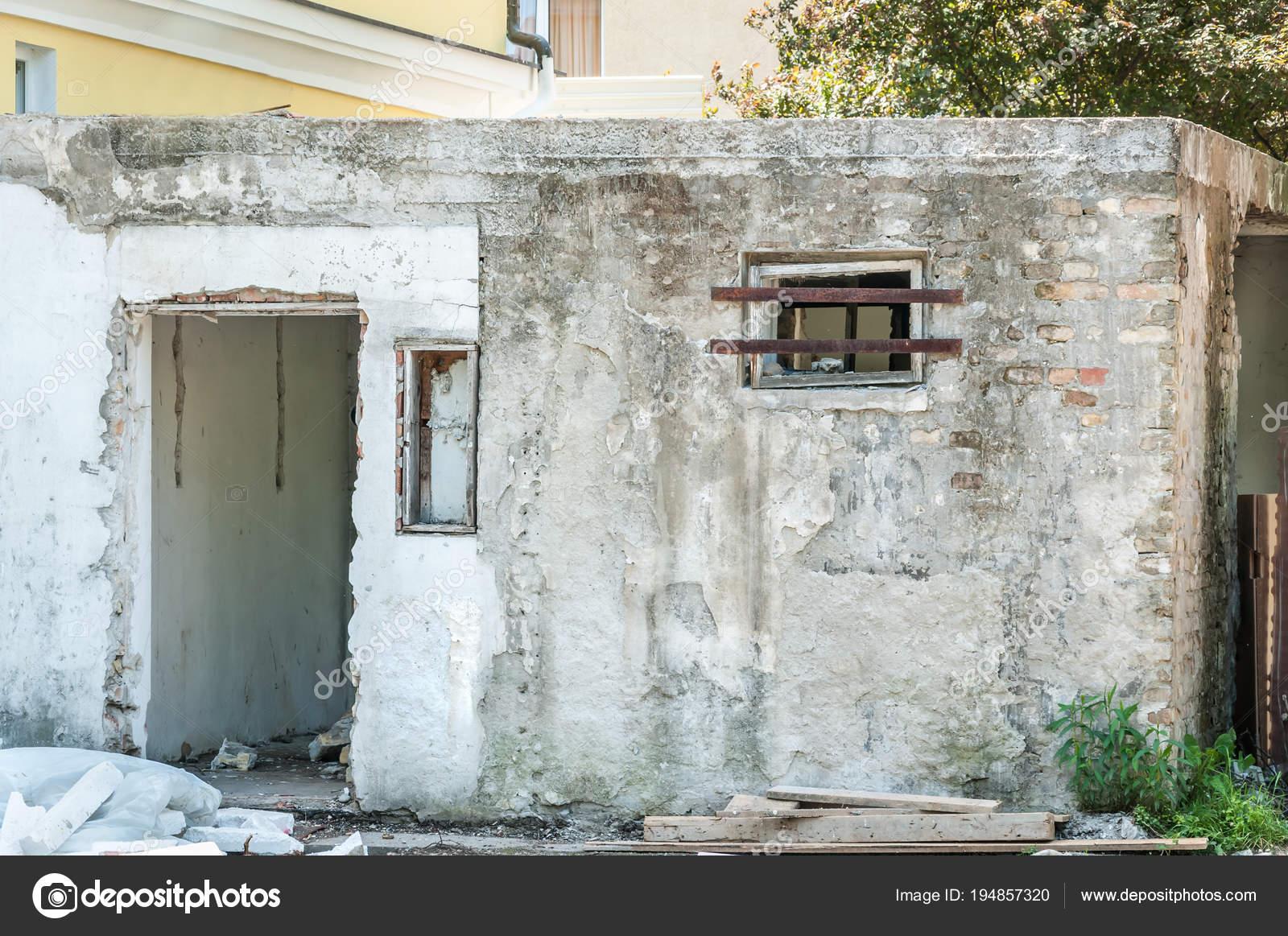 petite maison pr s immeuble avec porte endommag e les murs avec photographie srdjanns79. Black Bedroom Furniture Sets. Home Design Ideas