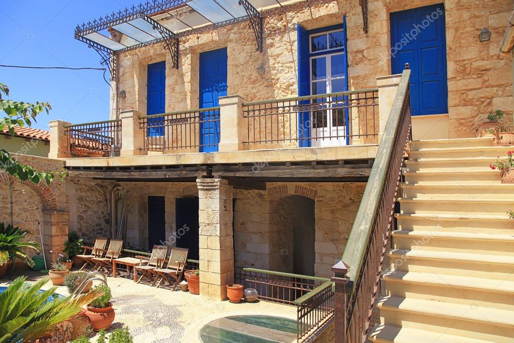 Vecchia casa greca con porte e finestre creta blu foto for Casas griegas antiguas