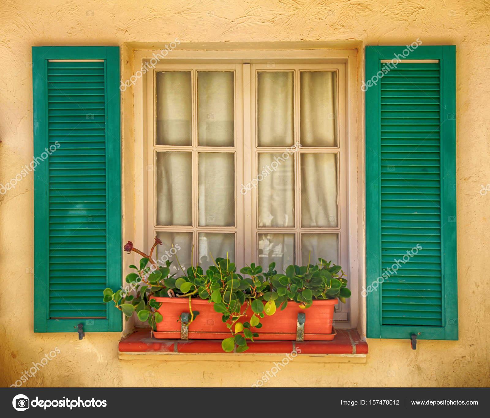 rustikale Fenster mit alten grünen Fensterläden und Blumenkasten ...