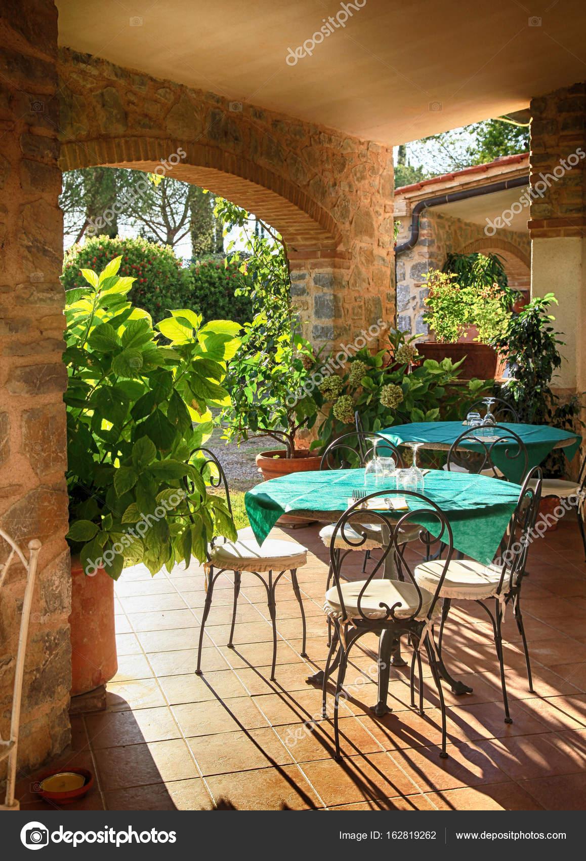 Caffetteria Con Terrazza Aperta In Borgo Italiano Italia