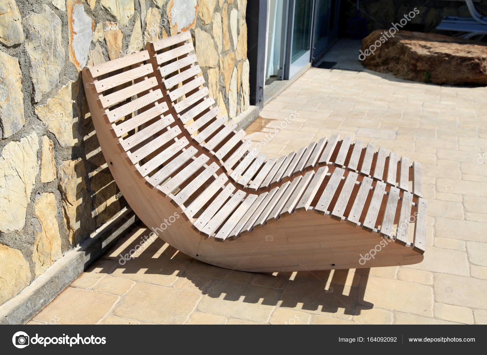 Lettino legno sulla terrazza foto stock felker 164092092 for Lettini da terrazzo