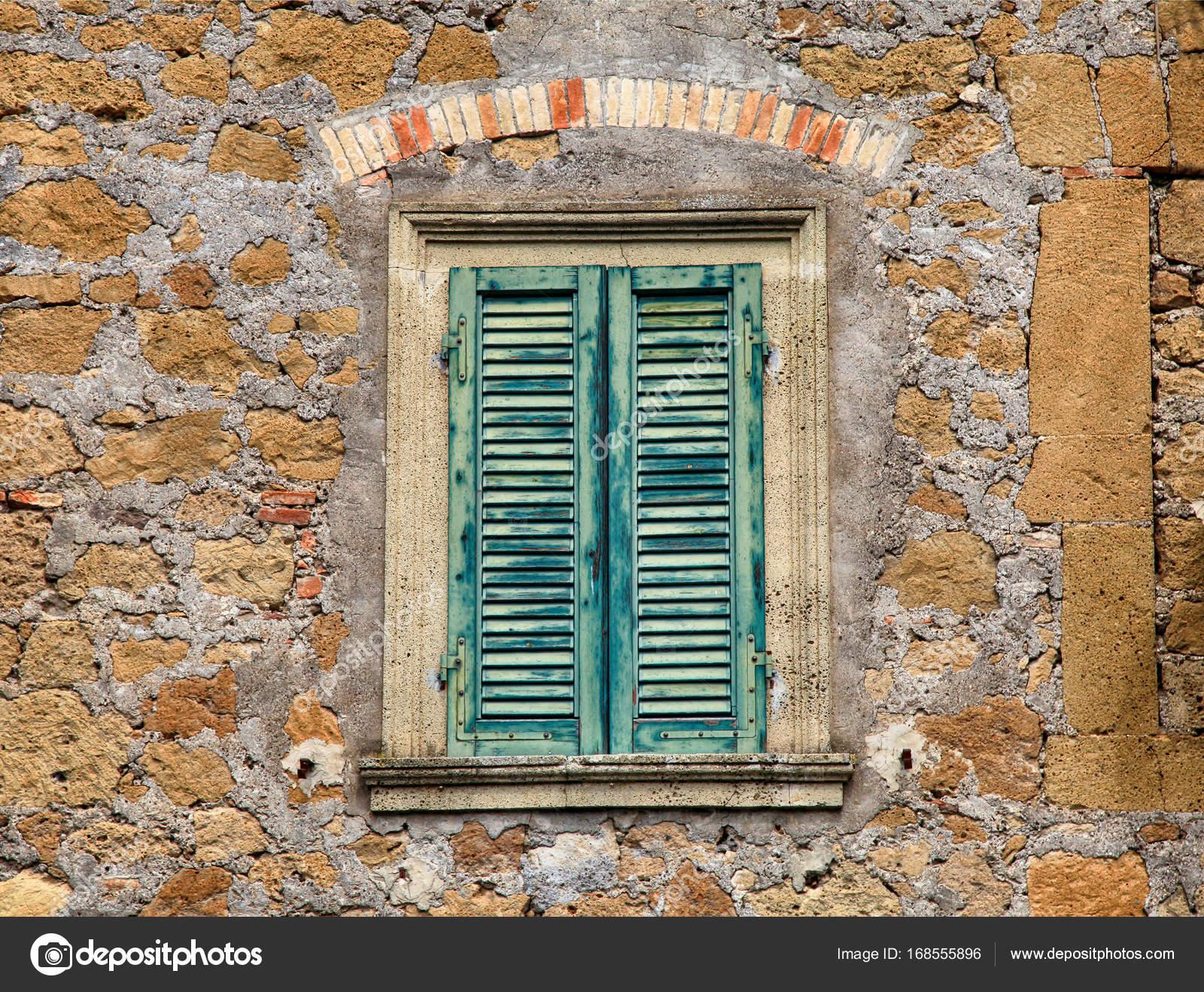 Persiane In Legno Antiche : Vecchia finestra in legno con persiane verdi u foto stock felker