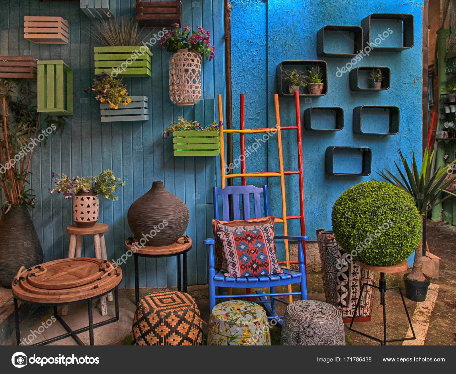 Vintage bunte Möbel und andere Mitarbeiter im Shop auf Jaffa ...