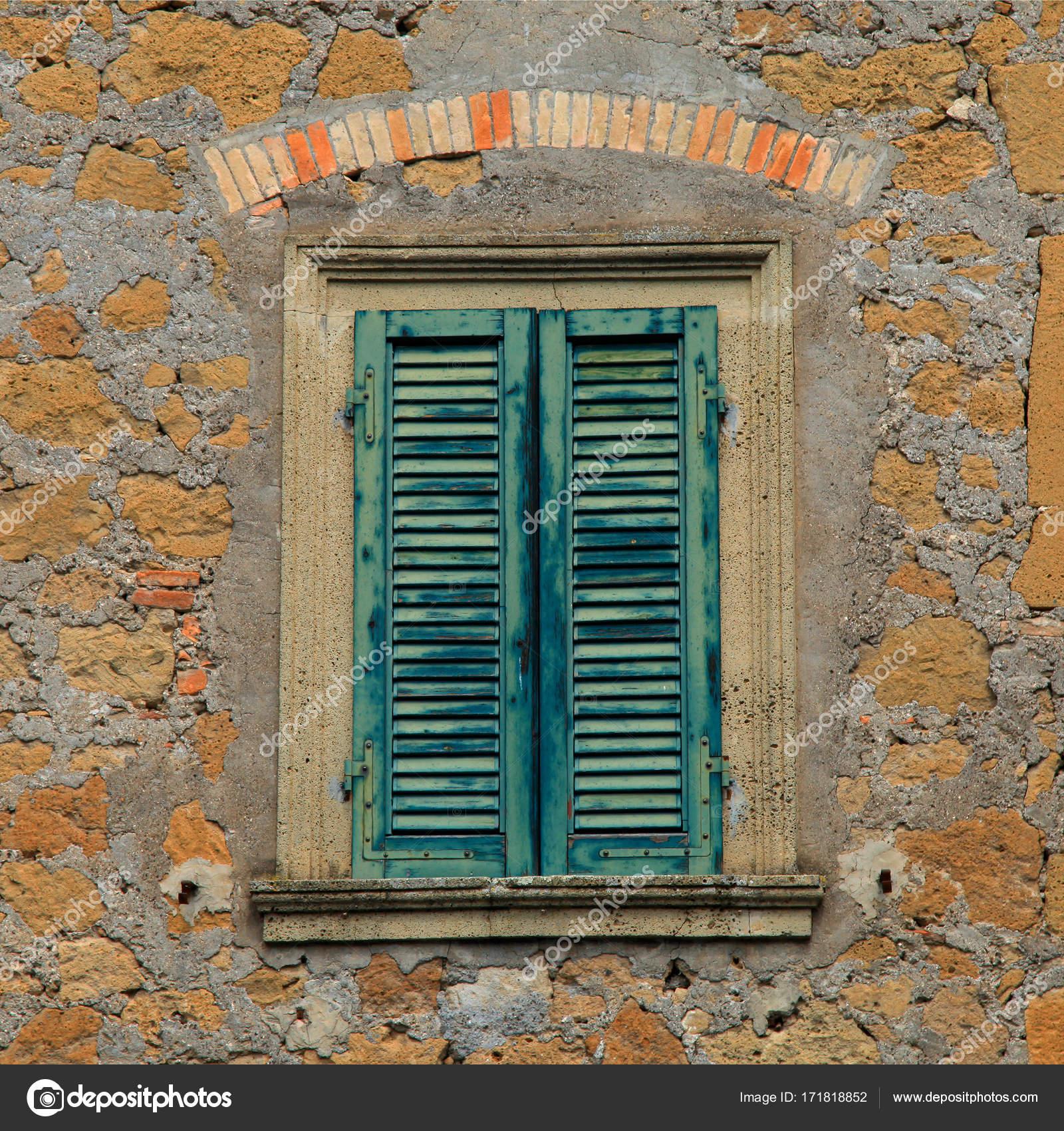 Vecchia Finestra In Legno Con Persiane Verdi Foto Stock