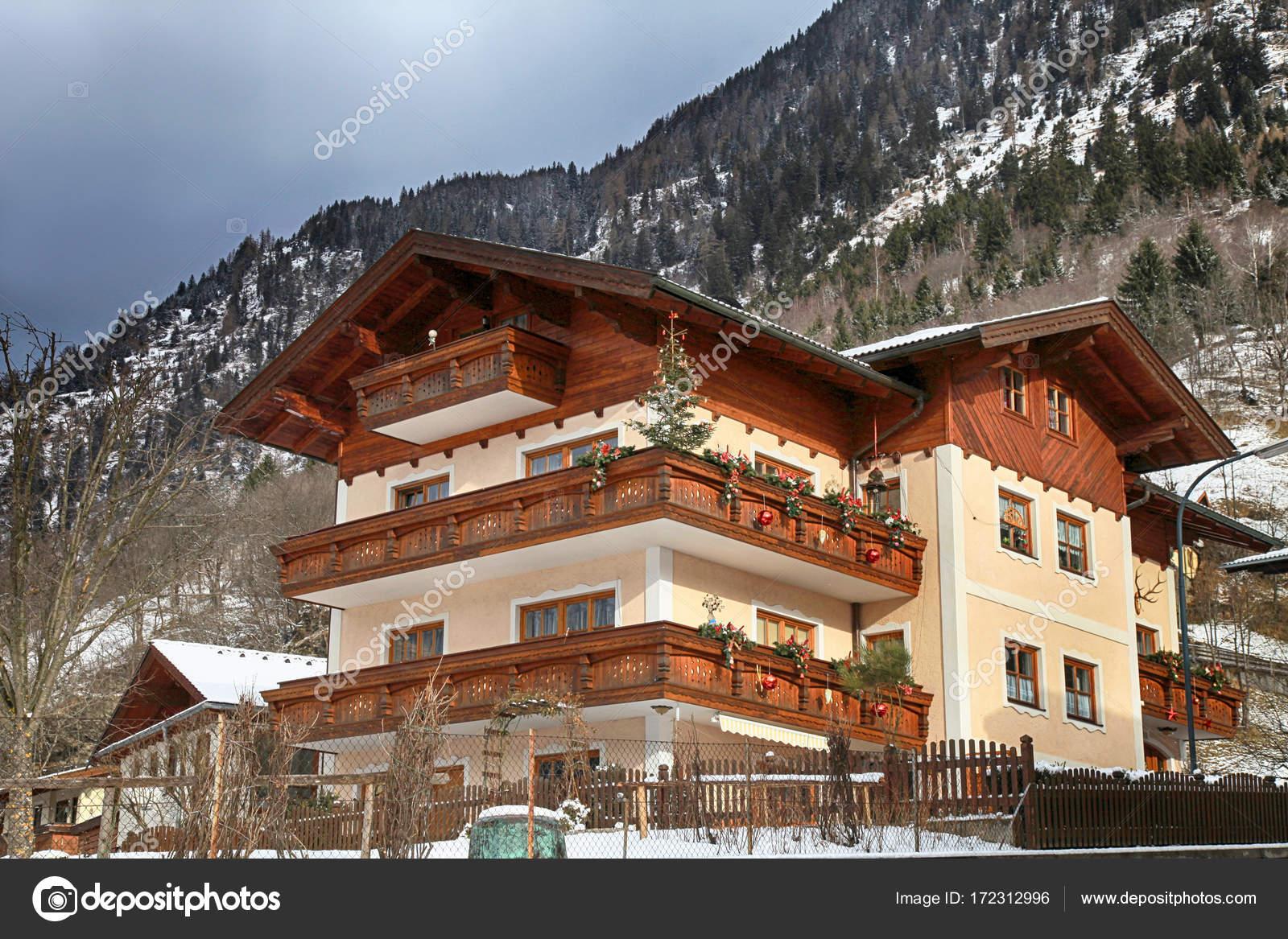 Decorazioni Per Casa Montagna : Casa alpin con decorazioni di natale e balcone in legno austria