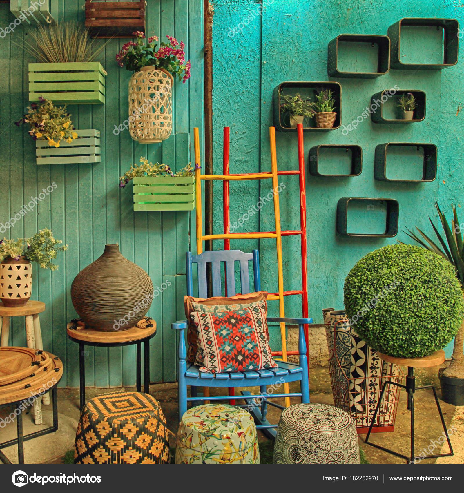 Vintage-bunte Möbel auf Jaffa Flohmarkt in Tel Aviv, Israel ...