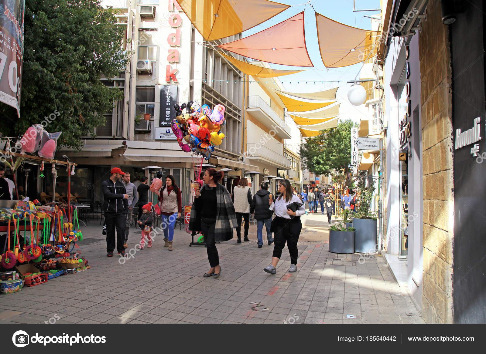 da125607fe9d τουρίστες το περπάτημα στη γειτονιά λαϊκή γειτονιά Λευκωσία