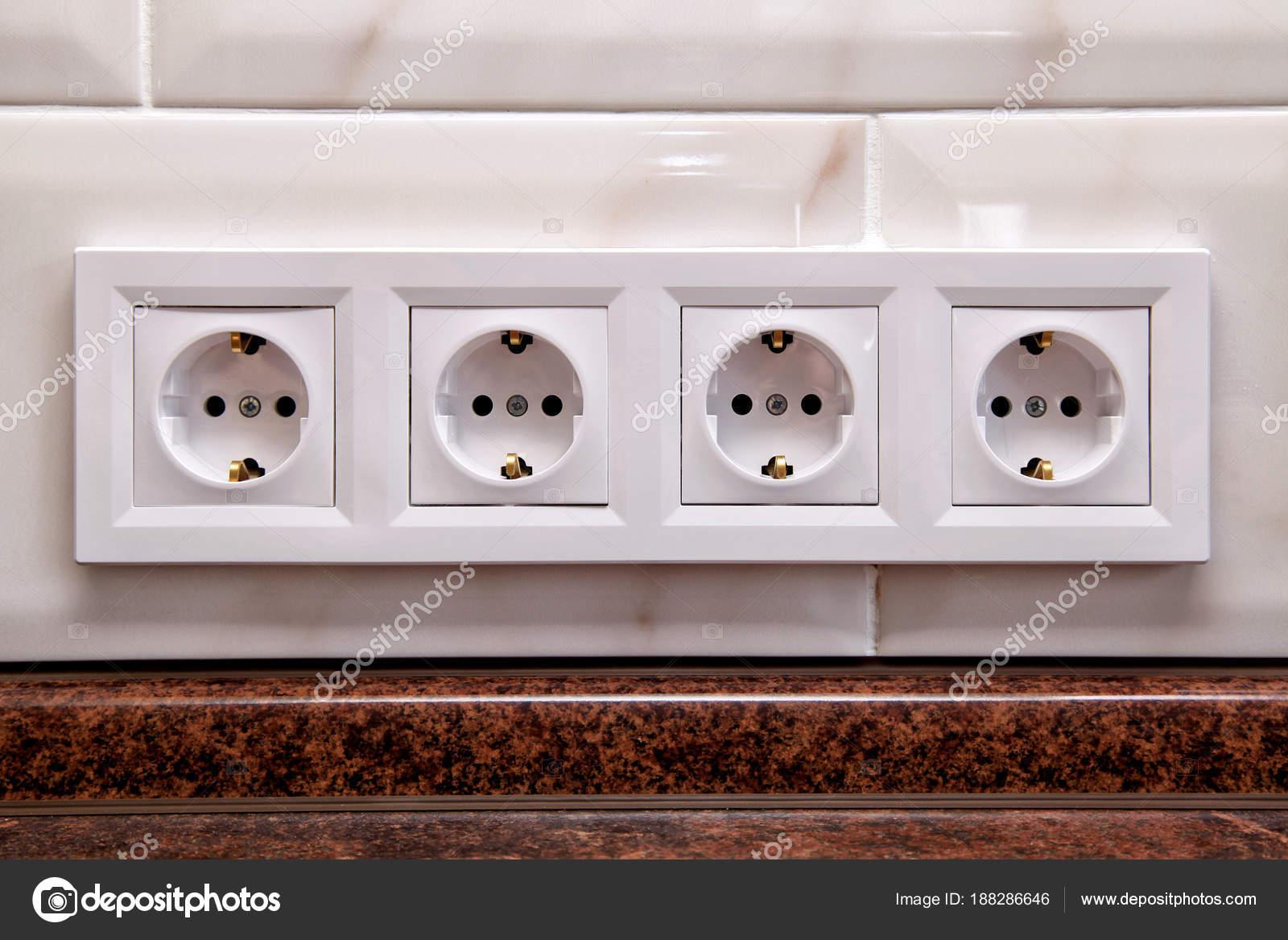 Steckdosen an der Küche Fliesen Wand — Stockfoto © felker #188286646