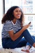 Fényképek Mosolygós, mobiltelefon vonzó fiatal afrikai nő portréja