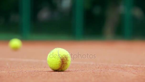 Tenisový míček a dívka tenista