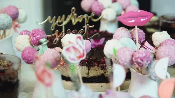 barevné koláče ve stravování