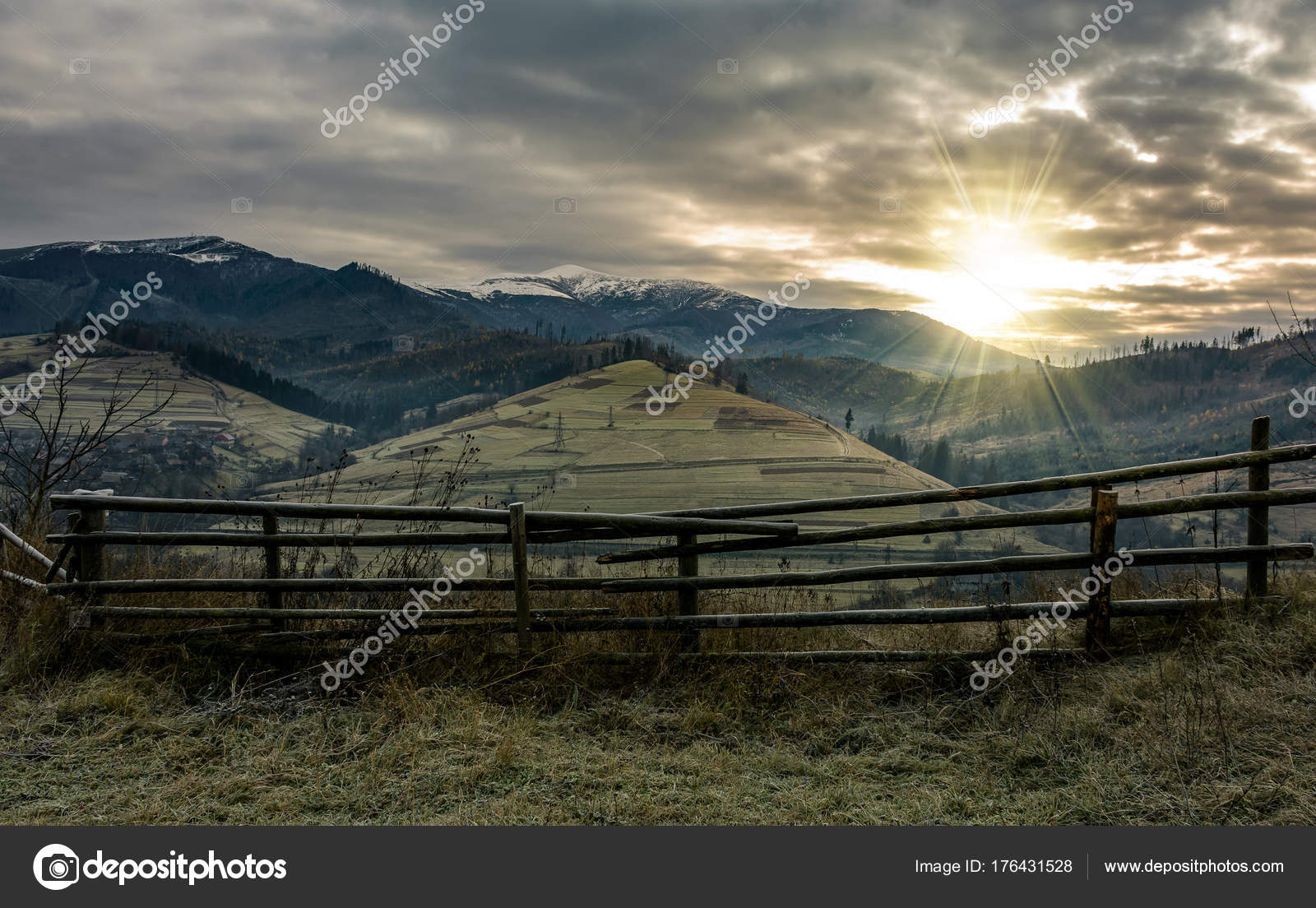 Zaun Am Hang Im Spaten Herbst Duster Sunrise Stockfoto C Pellinni