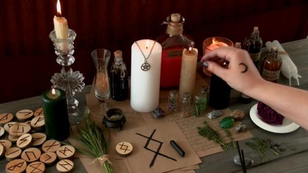 Egy nő szertartást hajt végre, boszorkányszertartást.