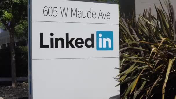 Mountain View, Ca/Usa - 30. července 2017: Linkedin firemní sídlo, označení a logo. LinkedIn je podnikání a zaměstnanosti orientované služby sociálních sítí