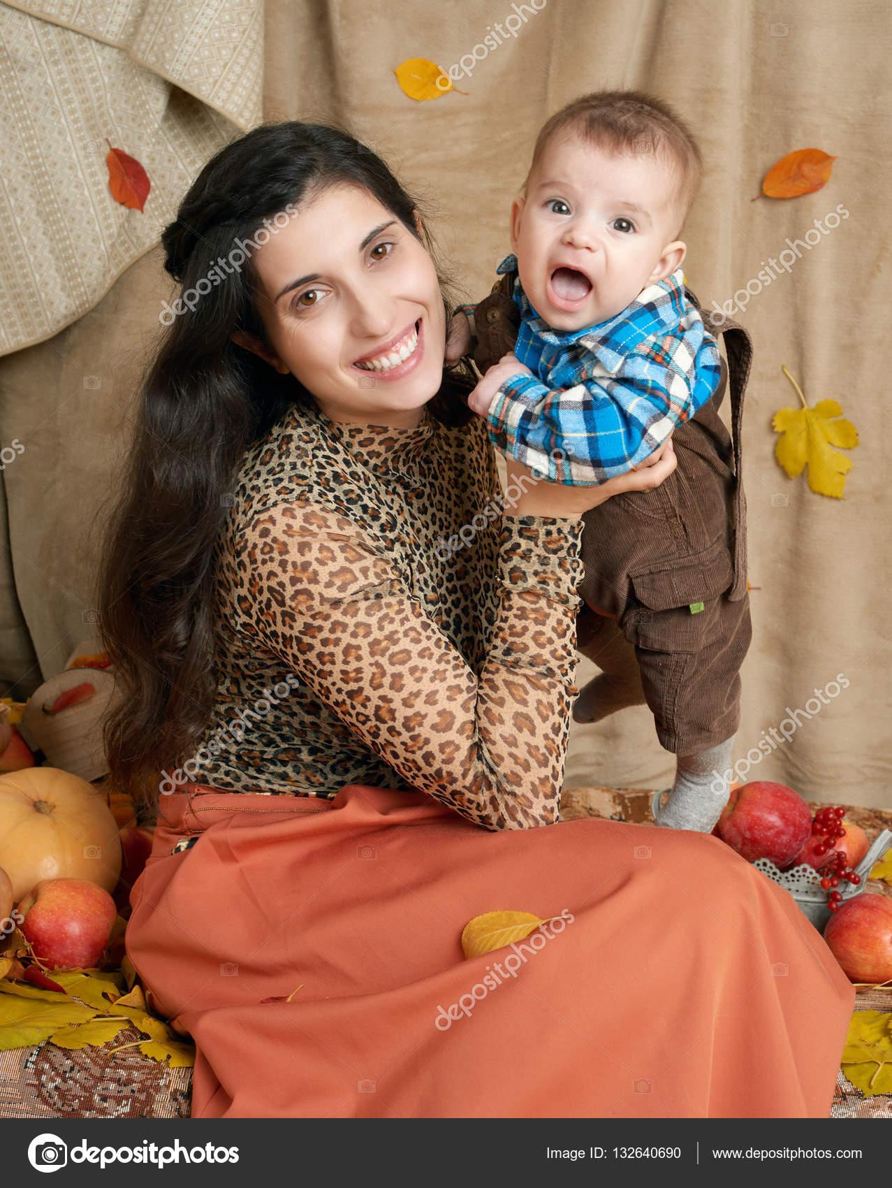 Herbstliche Frau Mit Kleinen Jungen Auf Gelbe Herbst Blätter, Äpfel, Kürbis  Und Dekoration Auf Textil, Glückliche Familie Und Land Konzept U2014 Foto Von  Soleg
