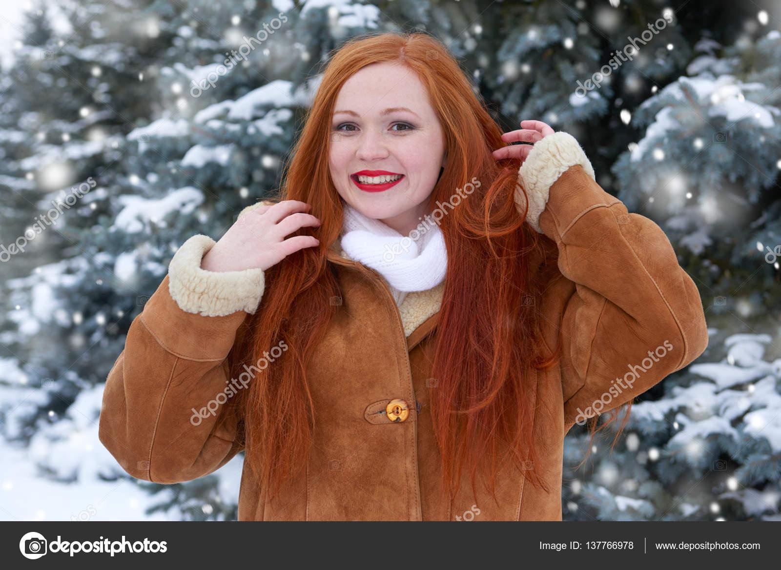 Schöne Frau Im Winter Im Freien Verschneite Tannen Im Wald