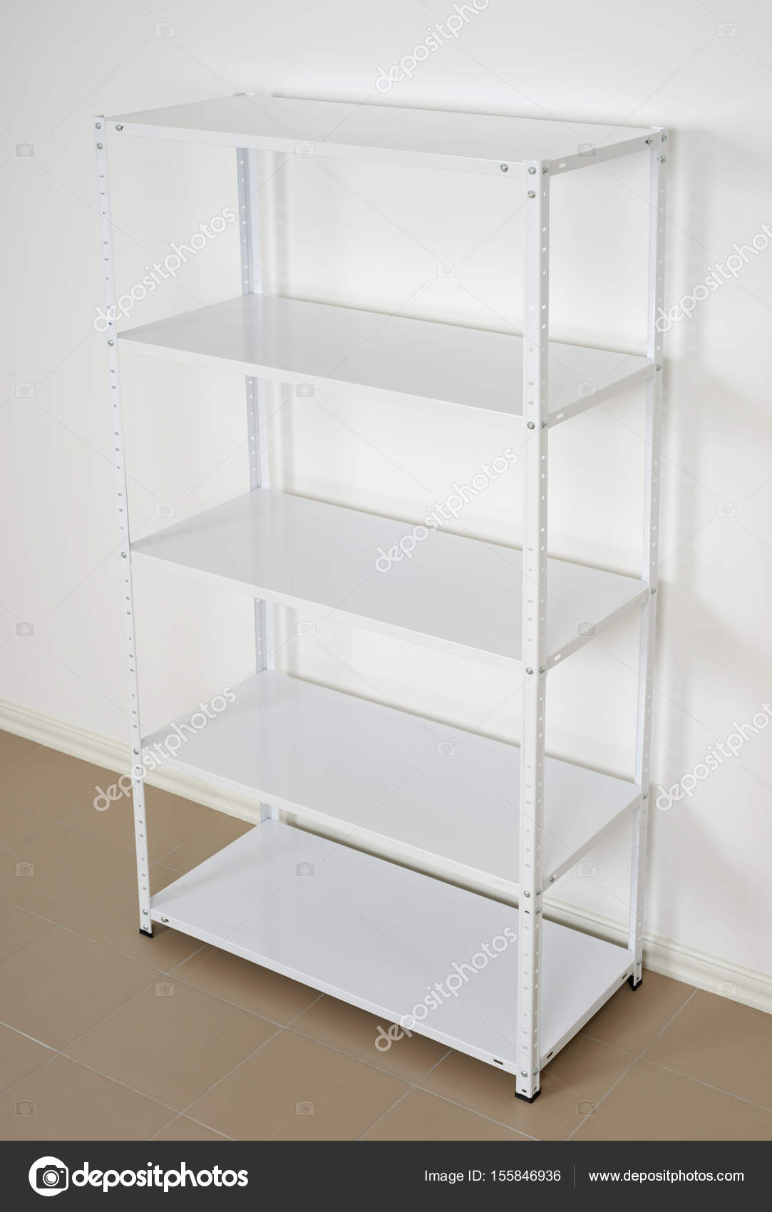 estante de metal blanco cerca de la pared estantes vacos Fotos